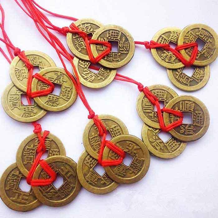 Đồng xu được bện 3 để treo trước cửa nhà