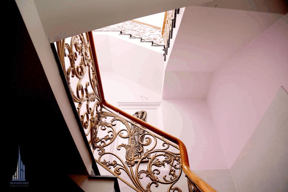 Cầu thang với họa tiết trang trí nổi bậc làm căn nhà tăng thêm vẻ đẹp và sang trọng cho căn nhà