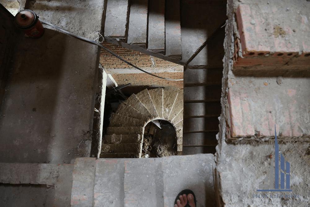Cầu thang nối các tầng