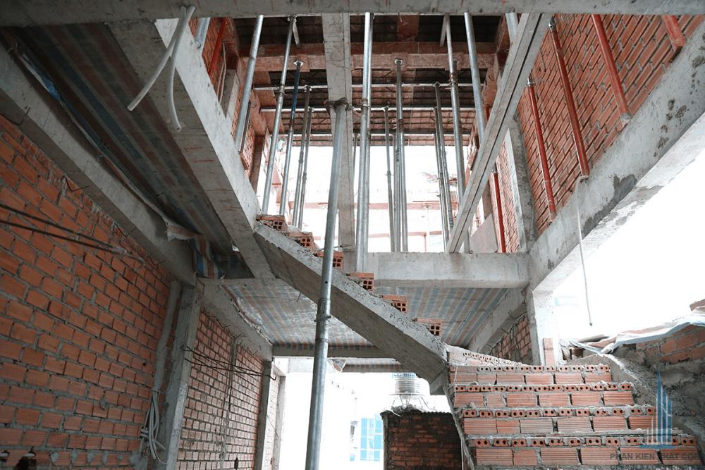 Cầu thang nối tầng 3 với hệ mái