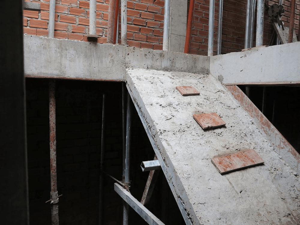 Cầu thang tầng 1 sau khi đổ bê tông