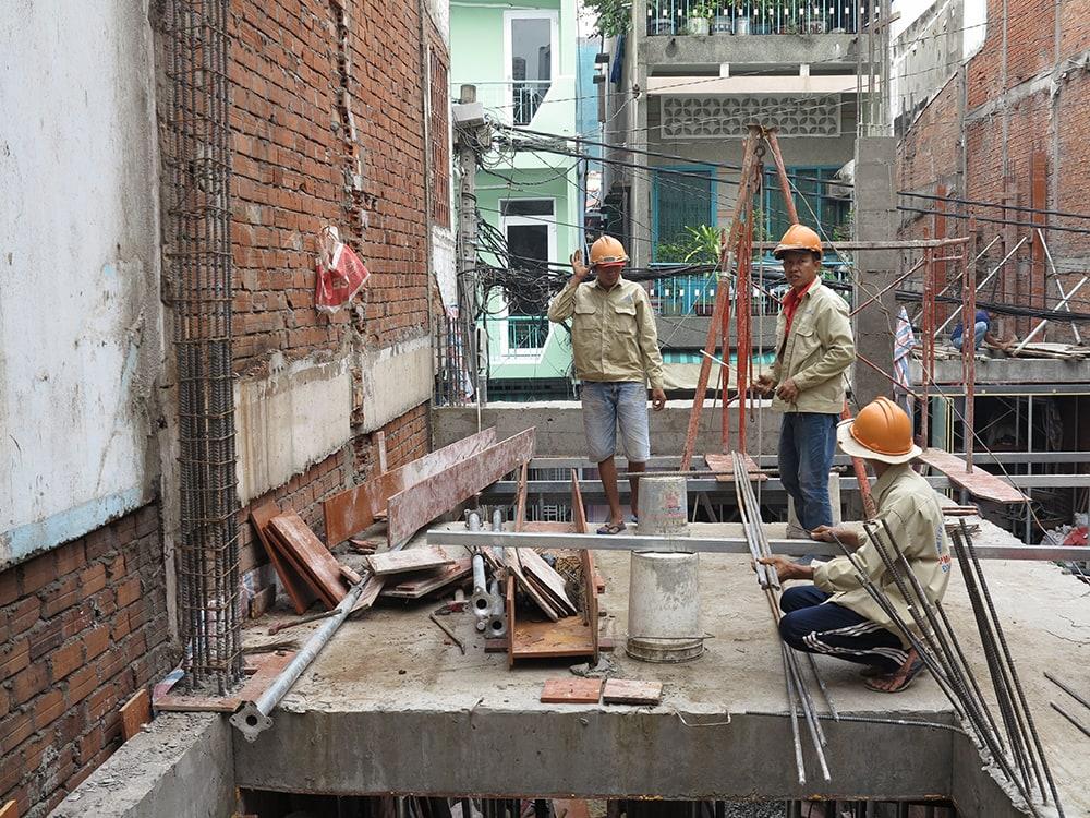 Công đoạn lên sắt cột và đổ cột sàn lầu 1