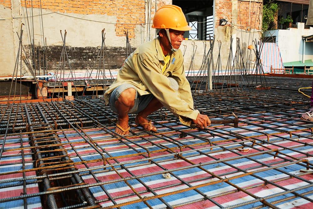 Công nhân rà soát lại phần sắt sàn