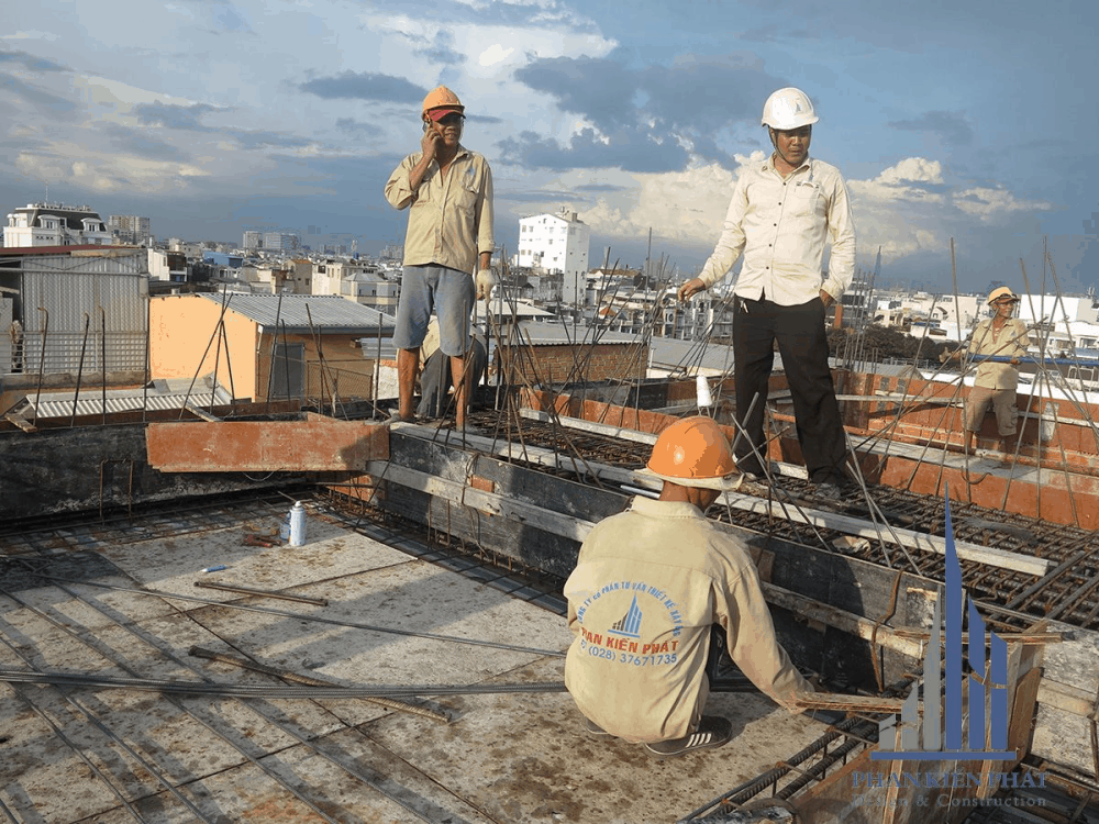 Giám sát chỉ đạo thợ vô sắt tầng mái