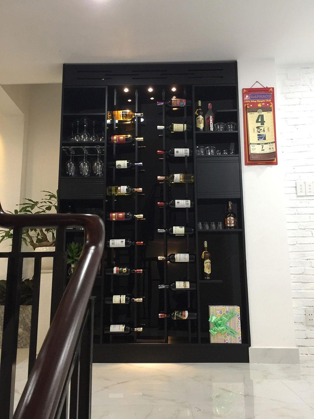 Kệ rượu bố trí ngay hành lang cầu thang