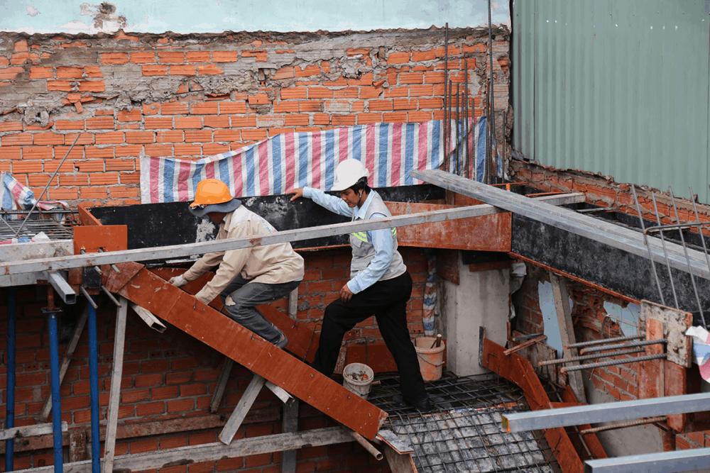 Kỹ sư đang kiểm tra công đoạn cuối trước khi đổ bê tông lầu 5 view 2