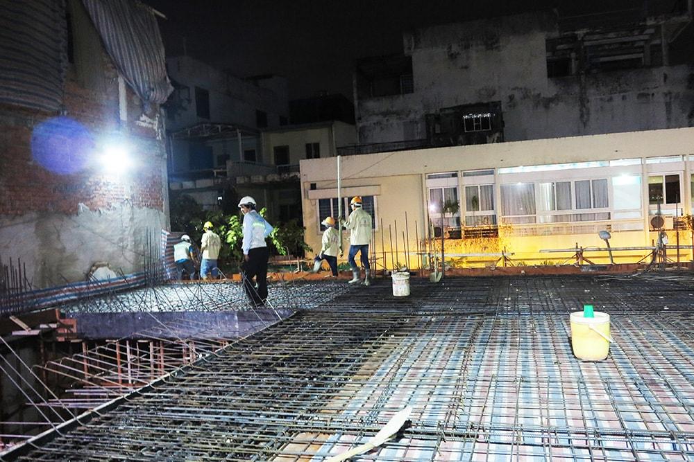 Kỹ sư kiểm tra công tác cuối trước khi đổ bê tông sàn lầu 2