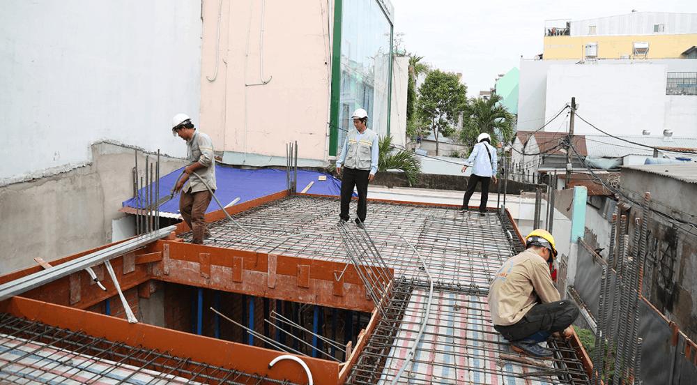 Kỹ sư kiểm tra sàn trước khi đổ bê tông tầng 1