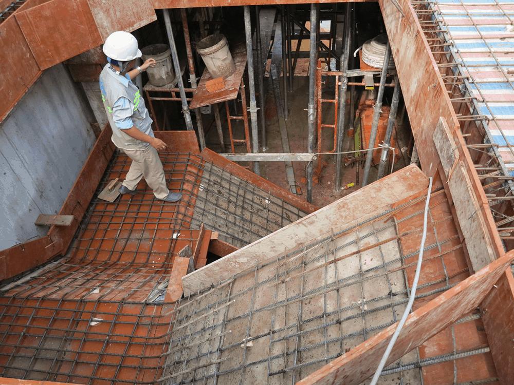 Kỹ sư kiểm tra sắt trước khi đổ bê tông