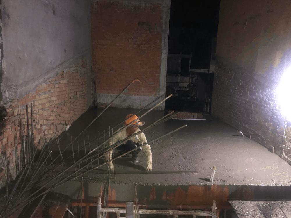 Làm láng bề mặt bê tông sau khi đổ sàn tầng 1