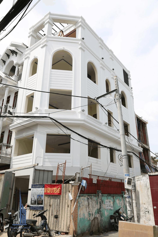 Mặt tiền nhà trong giai đoạn hoàn thiện