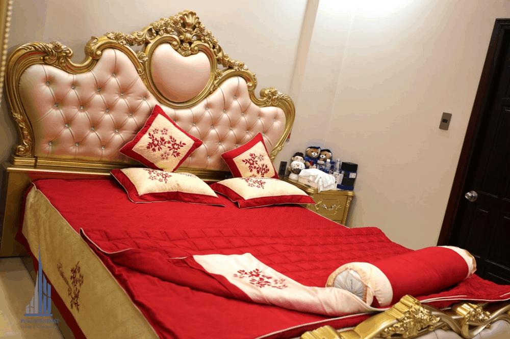 chiếc giường được trang trí với gam Màu nóng Bắt Mắt Nổi Bậc