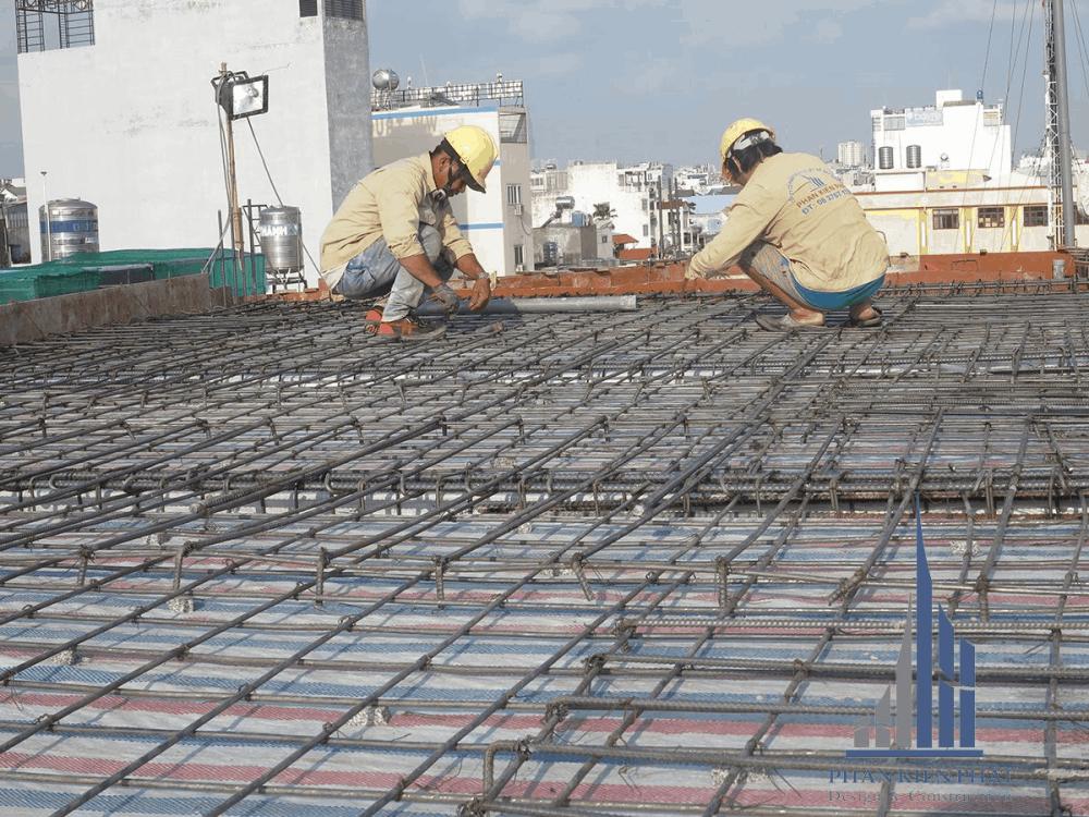 Thợ cột sắt sàn tầng mái