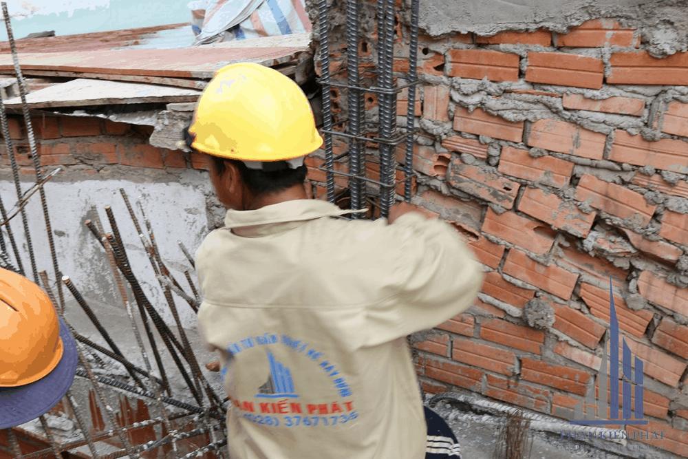 Thợ đang dựng sắt trụ tầng 2