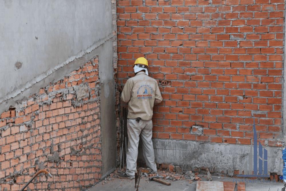 Thợ đang xây tô tường bao tầng 2
