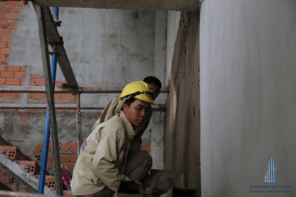 Thợ đang xây tô vách cầu thang