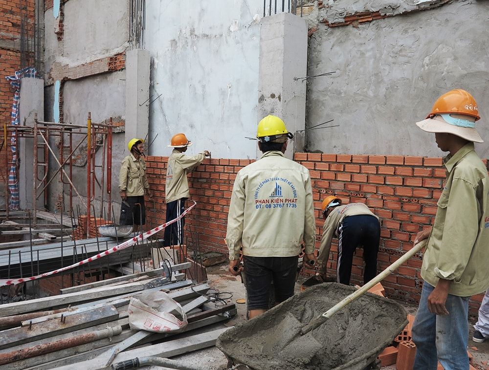 Xây tường bao lên cốt pha sàn lầu 2
