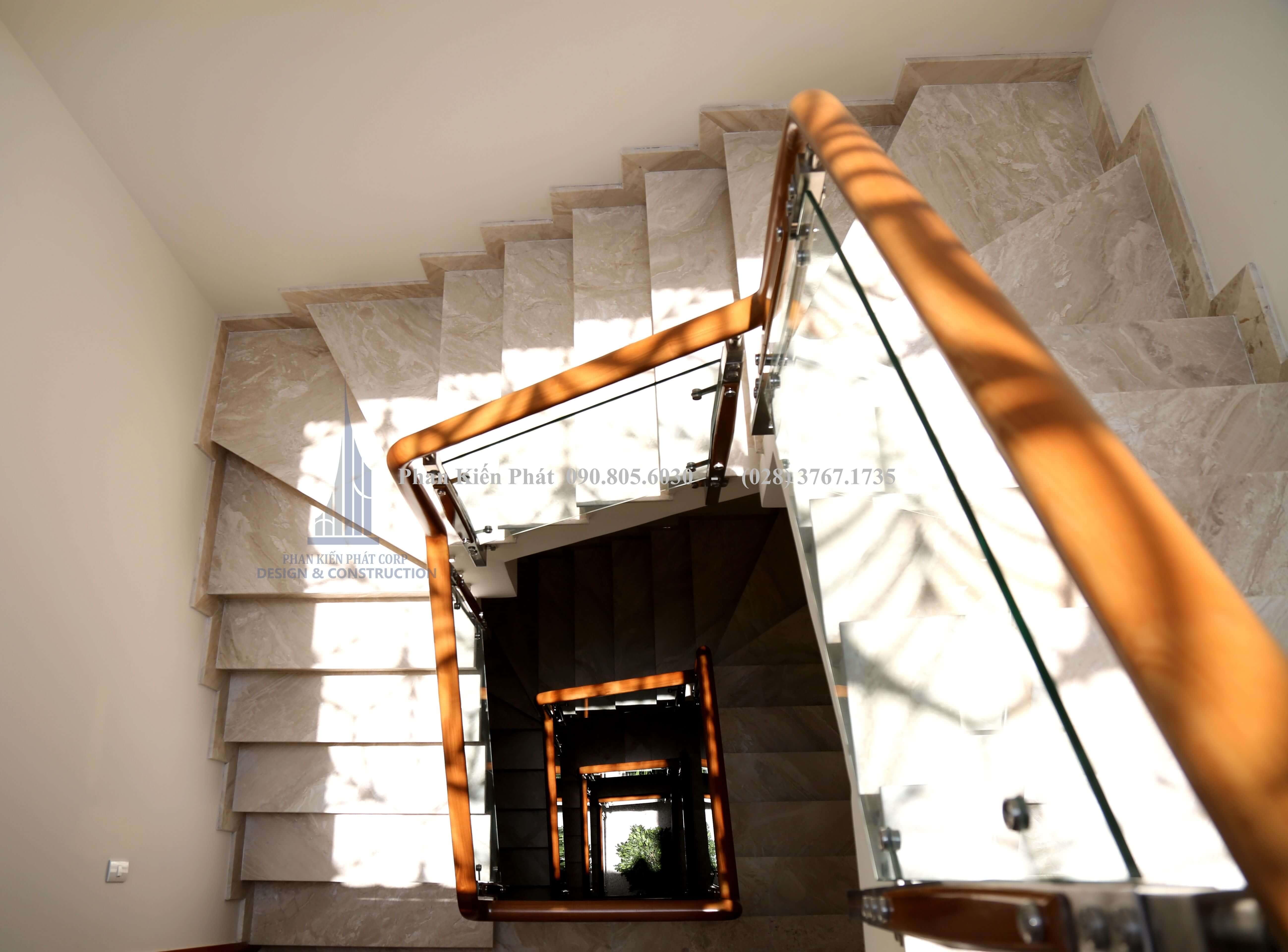 Cầu thang biệt thự hiện đại 5 tầng