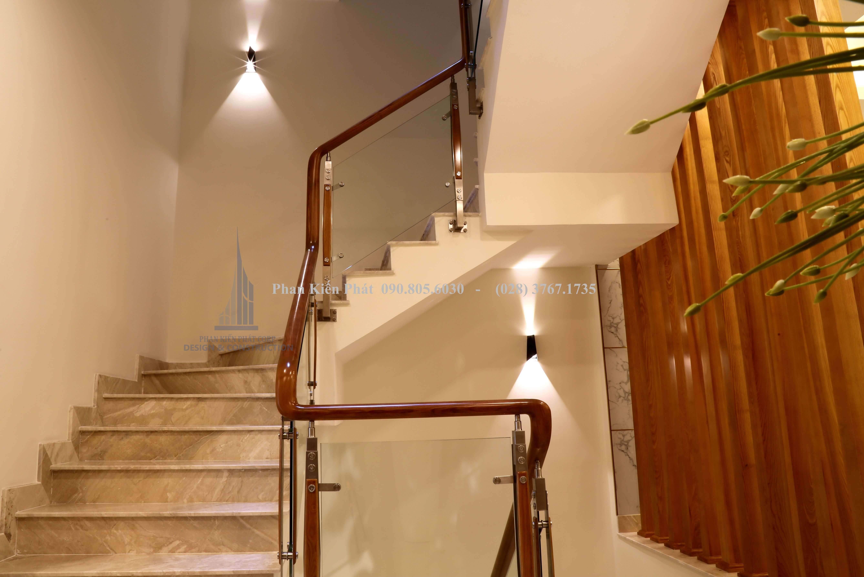 Cầu thang gỗ kết hợp kính cường lực hiện đại