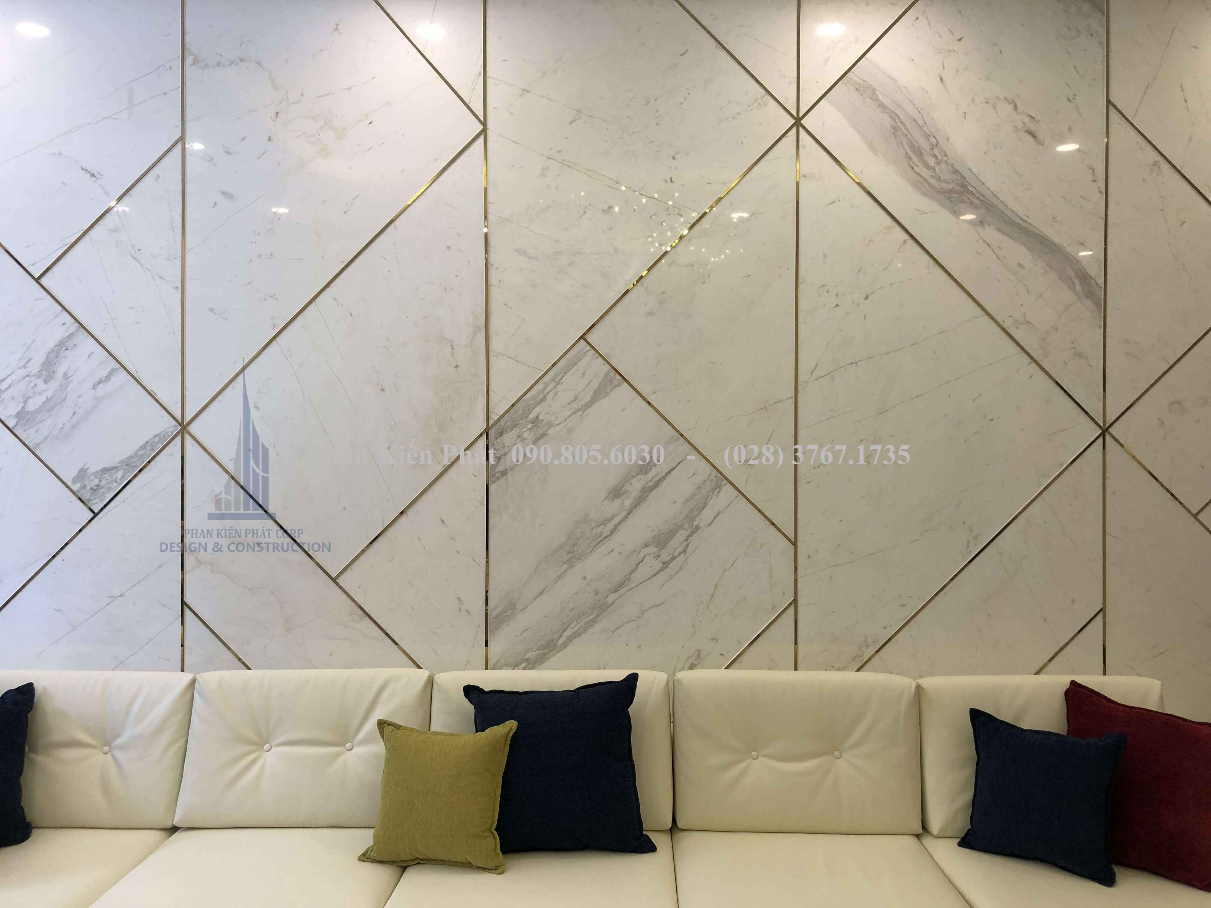 Tấm nhựa giả đá mang đến vẻ đẹp sang trọng cho không gian phòng khách